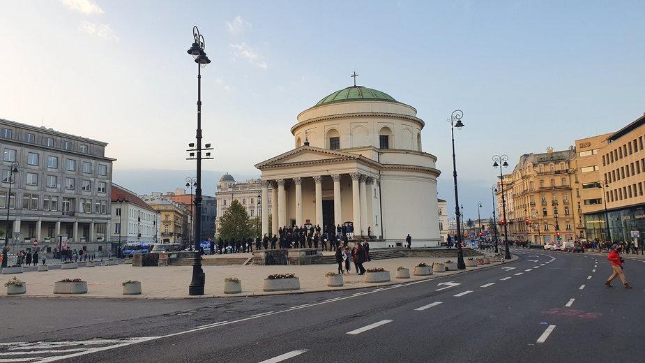 Osoby pilnujące kościoła na Placu Trzech Krzyży