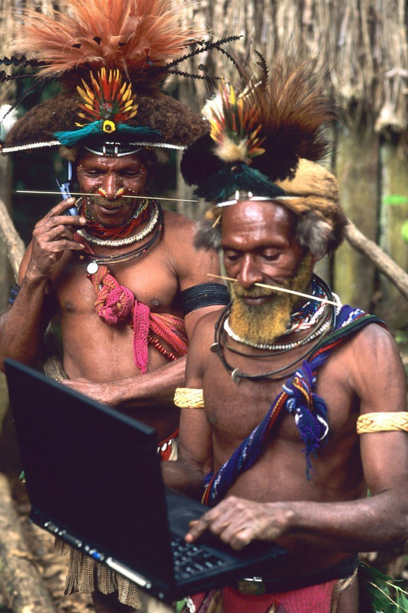 Pripadnici narod Huli sa laptopom i mobilnim telefonom