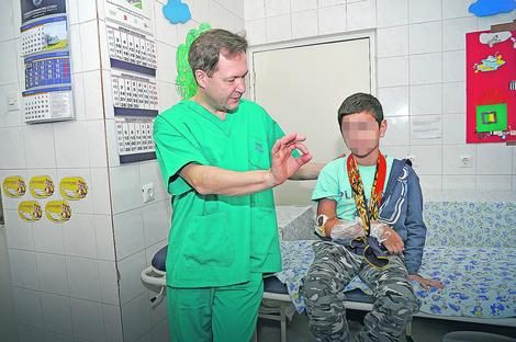 U Tiršovoj: Dr Dmitrij Popkov operiše naše mališane