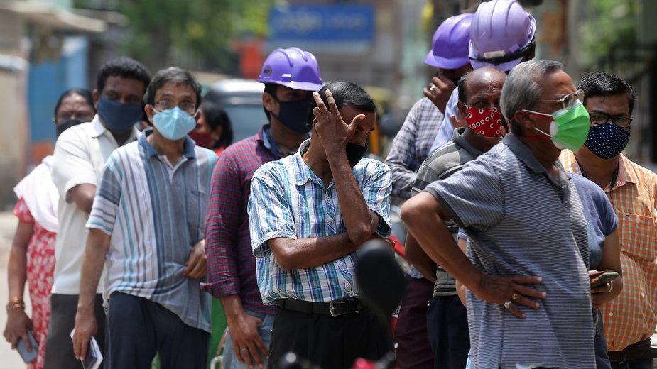 Obywatele Indii oczekujący w kolejce po szczepionkę