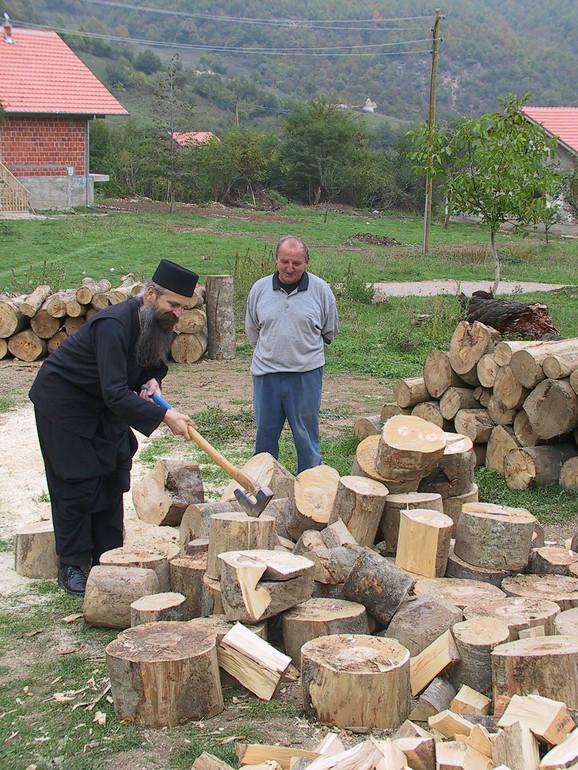 Vladika raško-prizrenski Teodosije u jednoj od srpskih enklava