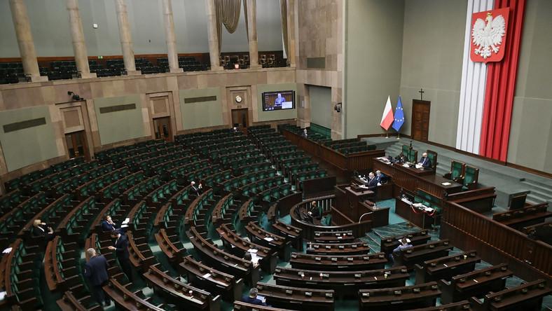 Posłowie na sali posiedzeń Sejmu