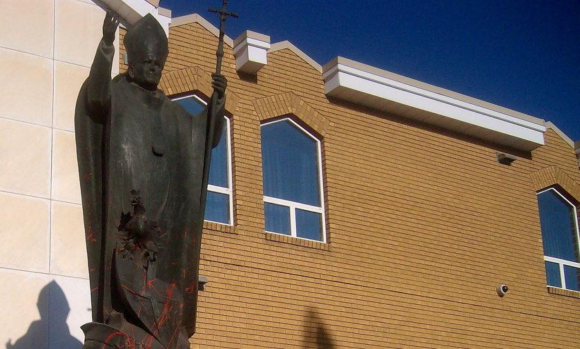 Zniszczono pomnik Jana Pawła II. To kolejny atak po ujawnieniu potwornej historii związanej z katolickimi szkołami