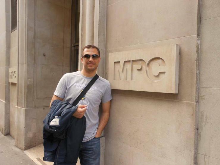 Igor Jovanović ispred firme za koju radi