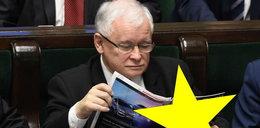 Przyłapany! Nie zgadniesz, co Kaczyński czytał w Sejmie!