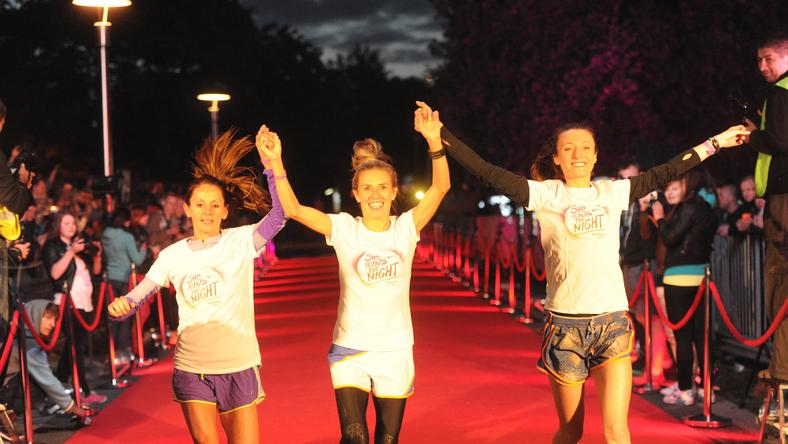 Iwona Lewandowska (C), Katarzyna Broniatowska (P) i Sylwia Ejdys (L) zameldowały się pierwsze na mecie ulicznego biegu kobiet She Run the Night na dystansie 5 km w Warszawie, wieczorem 30 bm. Wystartowało około 6000 zawodni