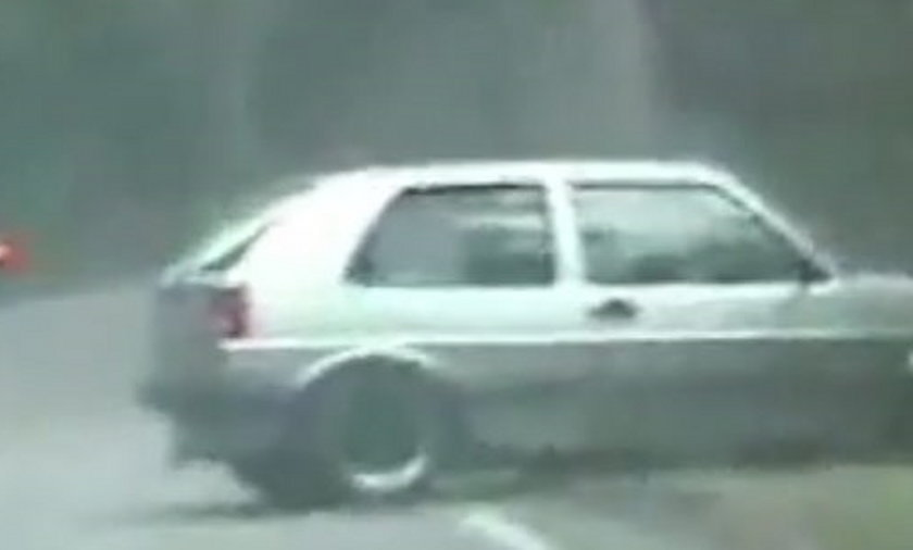 Pirat drogowy wyprzedził radiowóz, po czym wylądował w rowie