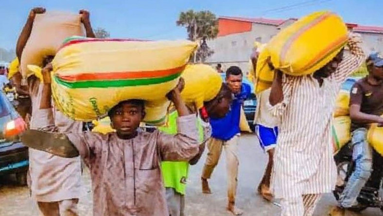 Kaduna youths COVID-19 warehouse in the state to loot food items (Vanguard)