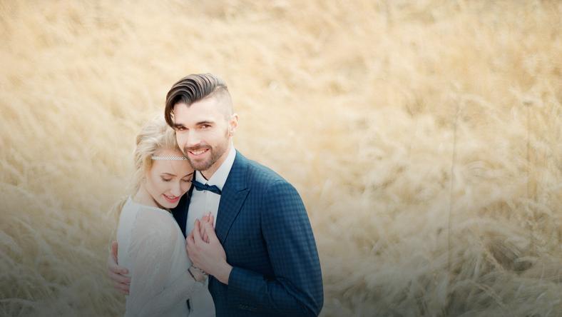 Subtelna sesja ślubna z niecodziennym tłem traw fot. Namysław Tomaka Wedding