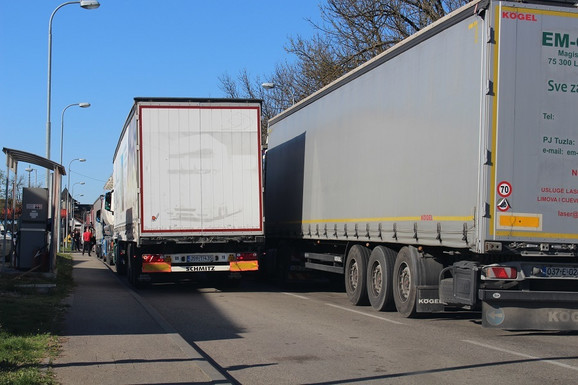 Kolone kamiona pred granicom