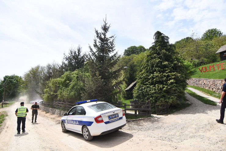 Vrdnik1036 ubistvo muskarca u apartmanima ranc  Platani  foto Nenad Mihajlovic