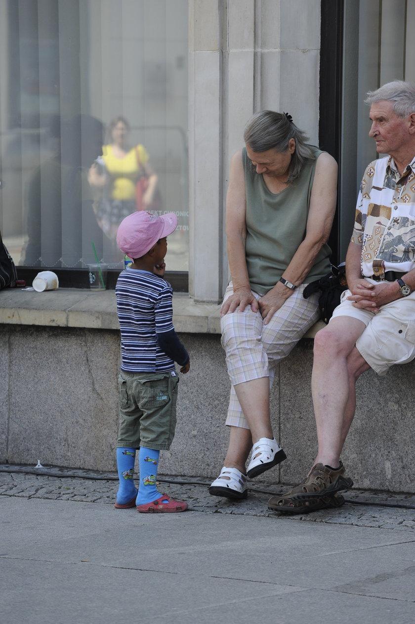 Romskie dziecko żebrze o pieniądze