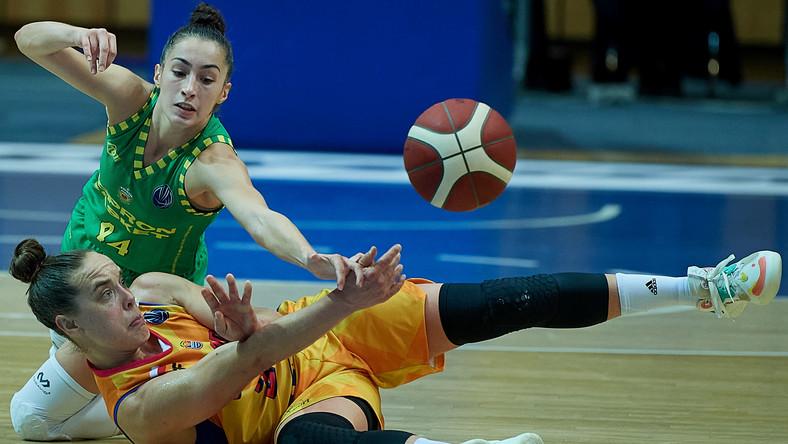 Koszykarka VBW Arki Gdynia Marissa Lee Kastanek (przód) i Sara Varga (tył) z Sopronu Basket podczas meczu grupy B Euroligi