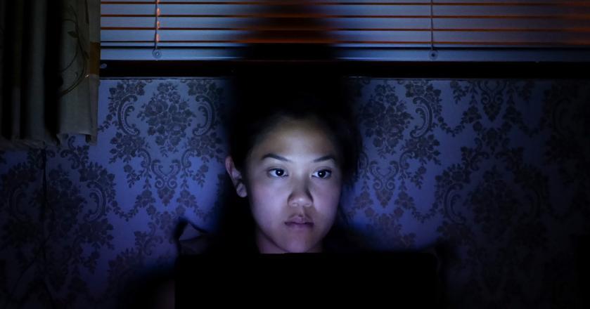 Niebieskie światło z ekranów to jedno ze źródeł problemów ze snem