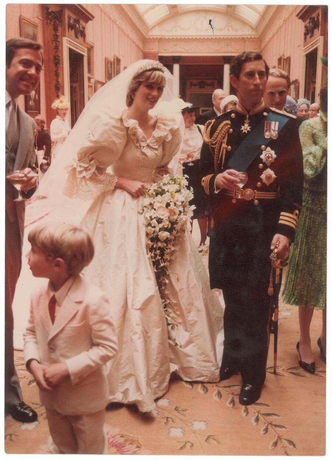 Dajana je na venčanju sa princom Čarlsom, održanom 1981. u Katedrali svetog Pavla u Londonu, mala dugu kosu