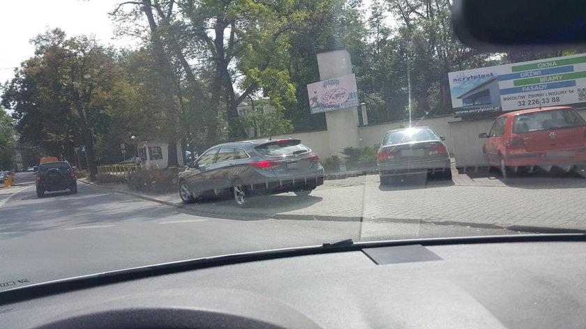 Mikołów. Wiceburmistrz Mikołowa Bogdan Uliasz zaparkował auto na chodniku