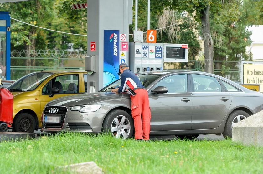 Ryszard Kalisz tankuje paliwo