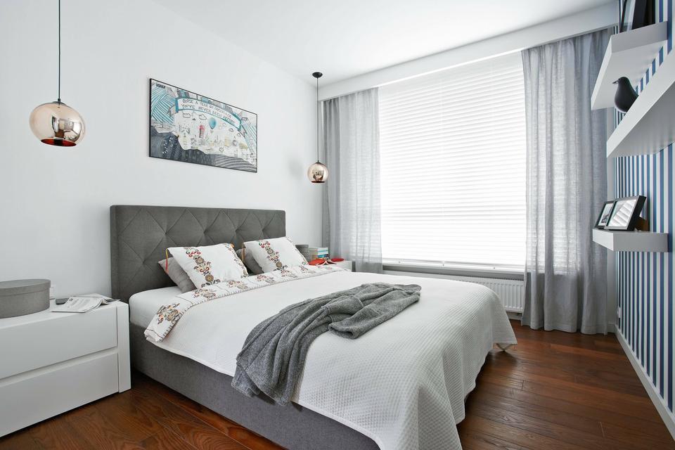 W SYPIALNI króluje szare łóżko z tapicerowanym zagłówkiem (Nap).