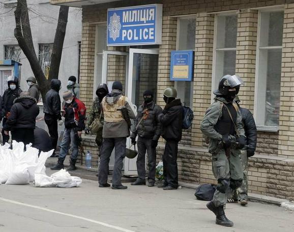 Proruski militanti zaposedaju policijsku stanisu u Slavjansku