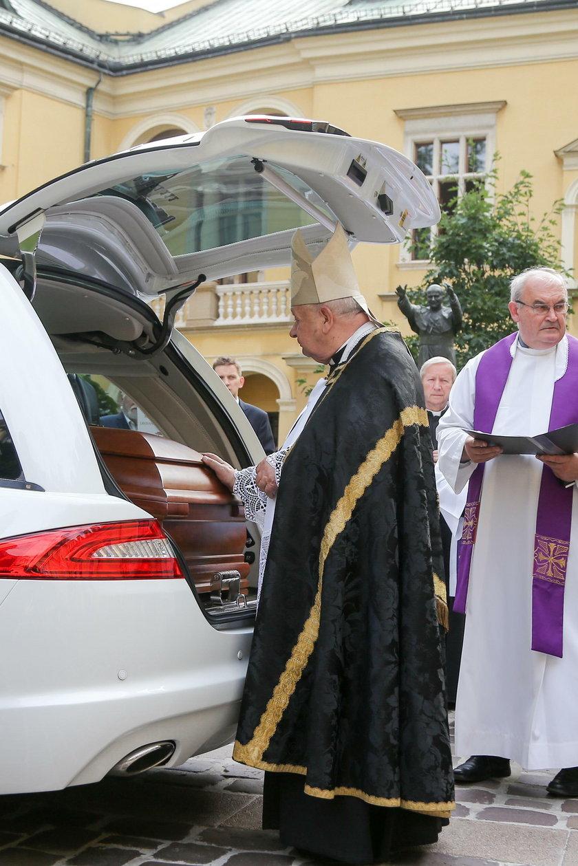 Stanisław Dziwisz nad trumną kardynała Stanisława Macharskiego