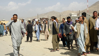 Chaos przed lotniskiem w Kabulu. Talibowie biją uciekinierów i strzelają w powietrze