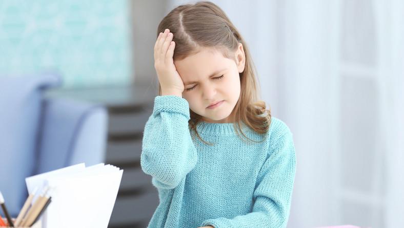 Dziecko z bólem głowy