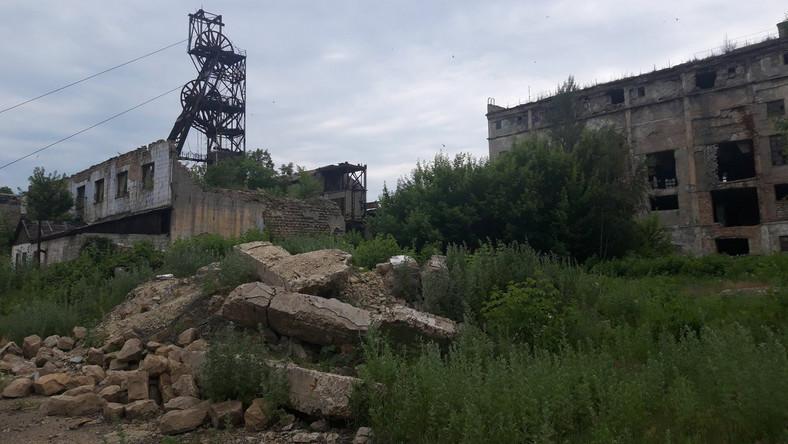 Na rosyjsko-ukraińskiej wojnie o Zagłębie Donieckie zginęło kilkanaście tysięcy osób. Konflikt trwa już dłużej niż sowiecko-niemiecka wojna lat 1941–1945, która dla mieszkańców Donbasu często bywa punktem odniesienia. Poza tym wojskowym jest tu jeszcze jeden front. To górnicy, którzy mimo ostrzałów i opóźnień w wypłacie pensji nie porzucili swoich kopalń. Gdyby to zrobili, kopalniom groziłoby zalanie, a co za tym idzie – apokalipsa dla kilku miast, w których nie ma nic poza nimi. Kopalnia Zołote leży w 12-tysięcznym miasteczku o tej samej nazwie w obwodzie ługańskim, 800 m od linii rozgraniczającej pozycje ukraińskie od sił samozwańczej Ługańskiej Republiki Ludowej.