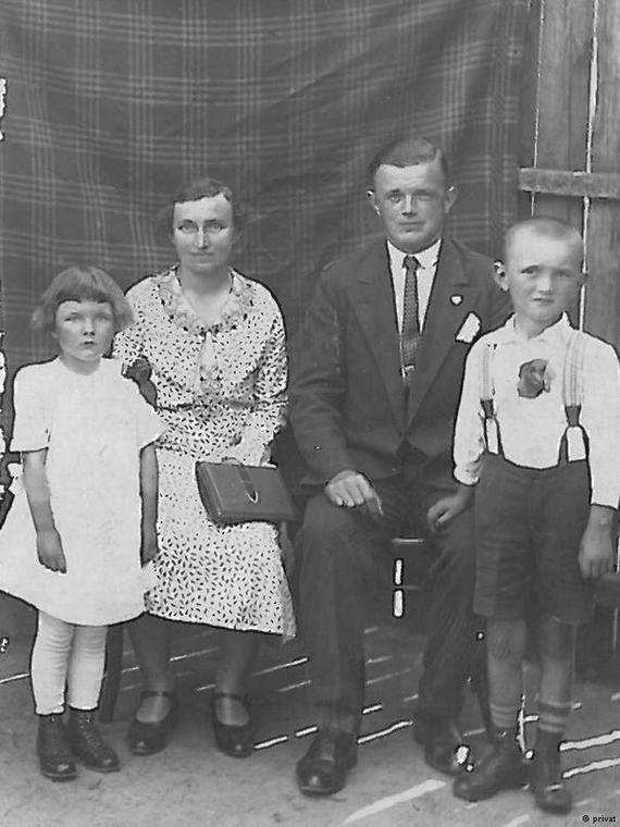 Roman Durek z żoną (babcią Elżbiety Rybarskiej) i dwójką dzieci (zdjęcie sprzed 1939 roku)
