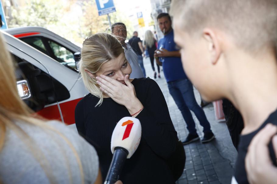 Danijela Karić se rasplkala ispred porodilišta