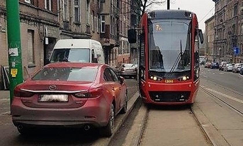 Tramwaje Śląskie grożą wysokimi karami za blokowanie przejazdu.