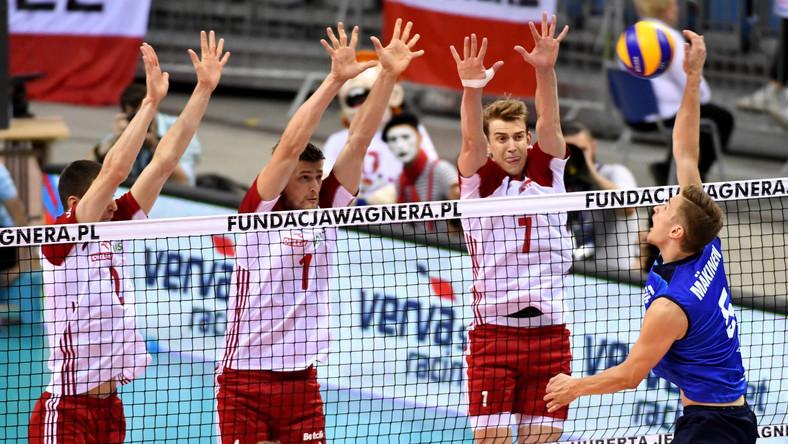 Maciej Muzaj (L), Piotr Nowakowski (2L) i Artur Szalpuk (2P) oraz Peetu Mäkinen (P)