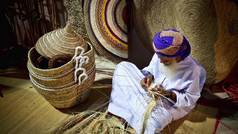 W Omanie zapach żywicy unosi się wszędzie tam, gdzie są ludzie. Mieszkańcy tego islamskiego kraju okadzają restauracje, sklepy, hotele, urzędy i domy. Nawet swoje białe stroje Arabowie rozwieszają nad kadzielnicą