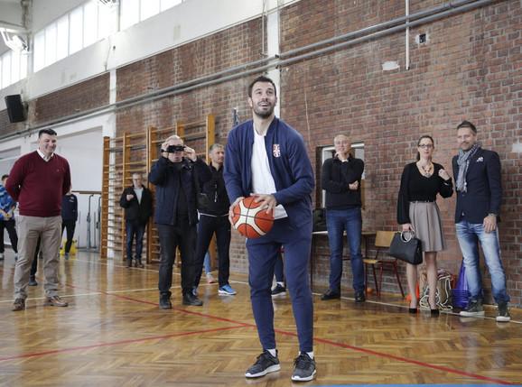 Fudbalski reprezentativac Srbije Luka Milivojević vešt je i sa košarkaškom loptom