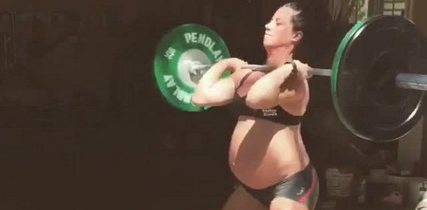 Jest w zaawansowanej ciąży, a dźwiga takie ciężary!