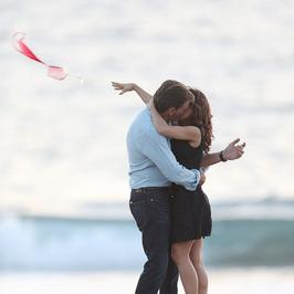 """Pocałunki Salmy Hayek i Pierce'a Brosnana na planie """"How To Make Love Like An Englishman"""""""