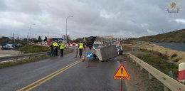 """Szokujący wypadek na krajowej """"7"""". Betonowy blok spadł z ciężarówki na jadące auta"""