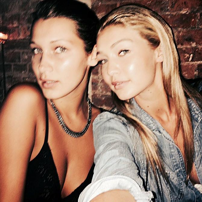 Bela Hadid sa sestrom Điđi Hadid 2014. godine