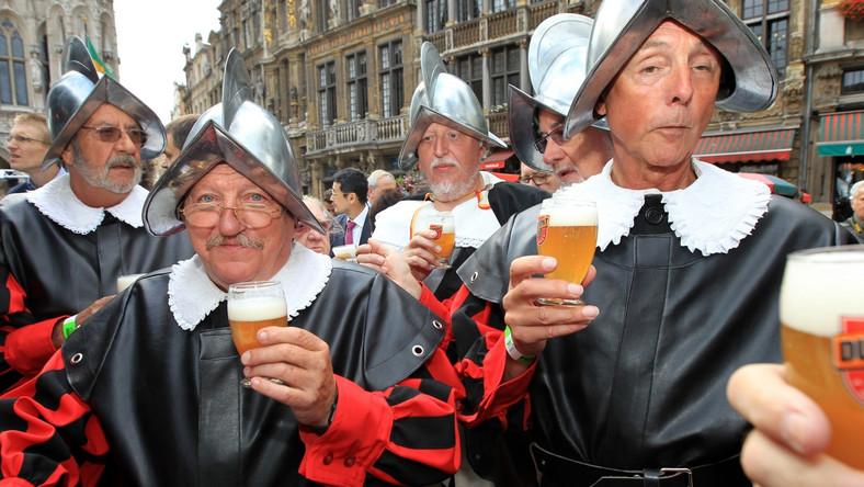 Członkowie grupy folklorystycznej i miłośnicy piwa przebrani w stroje z XV wieku na XIV Weekendzie Piwa Belgijskiego