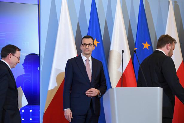 Zdecydowaliśmy się na wprowadzenie stanu zagrożenia epidemicznego - powiedział w piątek premier Mateusz Morawiecki. Zaznaczył, że przewrócone zostaną pełne kontrole na wszystkich polskich granicach.