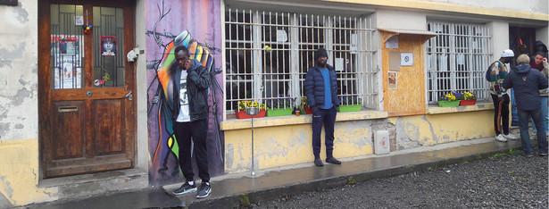 Imigranci przed ośrodkiem dla uchodźców w Briançon fot. Katarzyna Stańko