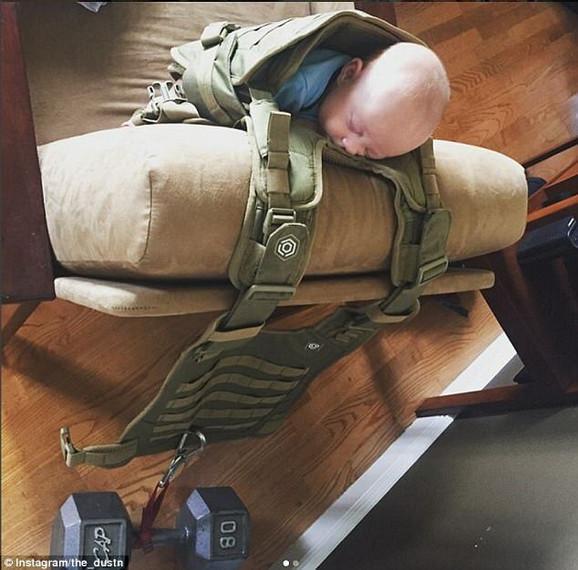 Otac vojnik je pancir-prsluku i tegovima našao novu namenu