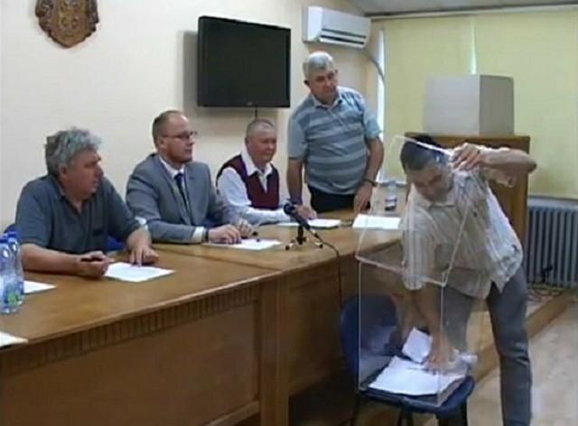 OdbornikSNS MirkoVažić vadi listiće iz glasačke kutije...