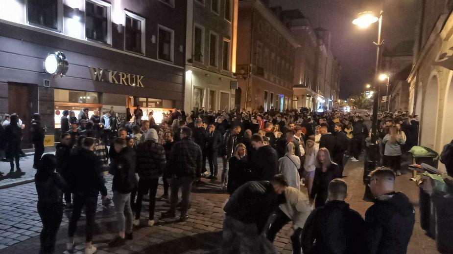 Mieszkańcy Poznania świętujący zniesienie lockdownu w gastronomii