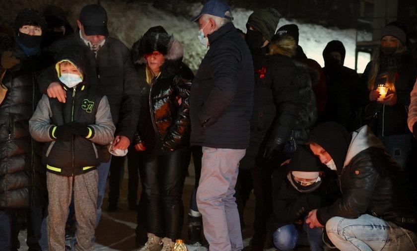Rodzice Kacpra (na zdjęciu skuleni w rogu) uczcili pamięć zmarłej Patrycji w miejscu, gdzie zginęła dziewczyna.