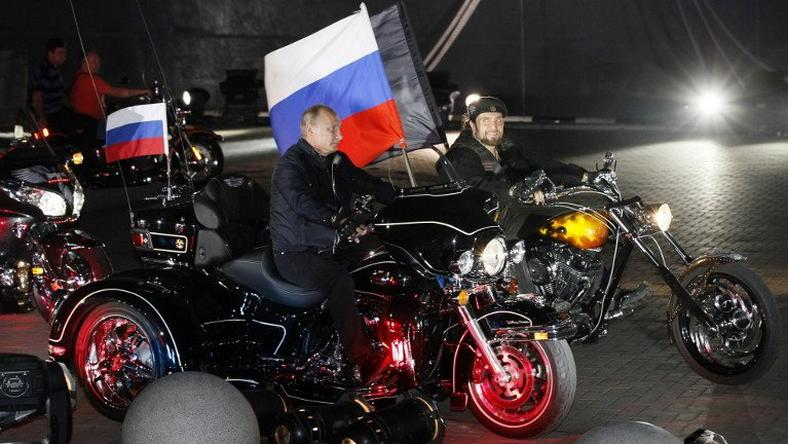 """Władimir Putin oraz lider """"Nocnych Wilków"""" Aleksander """"Chirurg"""" Załdostanow"""