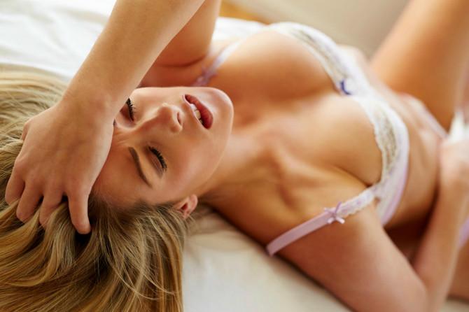 Ženska špricati za vrijeme seksa