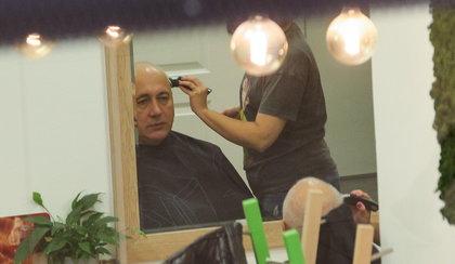 Łysy Brudziński u fryzjera