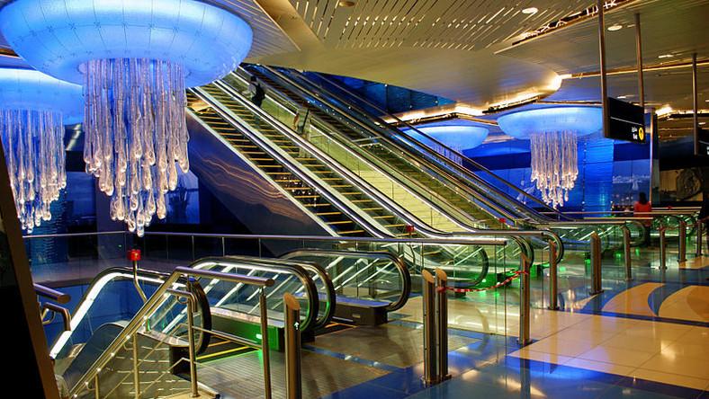 Stacja Khaleed bin Walee w Dubaju. Metro w Zjednoczonych Emiratach Arabskich stało się jednym z najdłuższych w pełni zautomatyzowanych systemów kolei na świecie. Stacje stylizowane są tu na królewskie komnaty i podobnie jak pociągi pełni klimatyzowane dzięki zastosowaniu systemu opartego na instalacji automatycznie otwieranych drzwi na krawędzi peronu