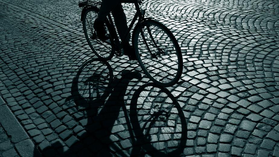 Rowerzysta jechał bez oświetlenia. Był blisko wypadku [NAGRANIE]