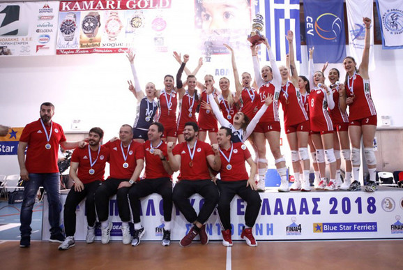 Slavlje ženskog odbojkaškog kluba Olimpijakos posle osvajanja Kupa